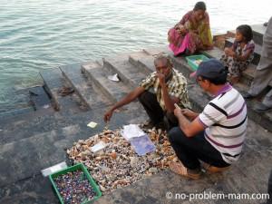 Les ghats de Dwarka - vendeurs de coquillages